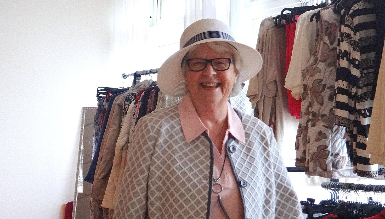 Gittan verkar trivas i sommarchickt mode.
