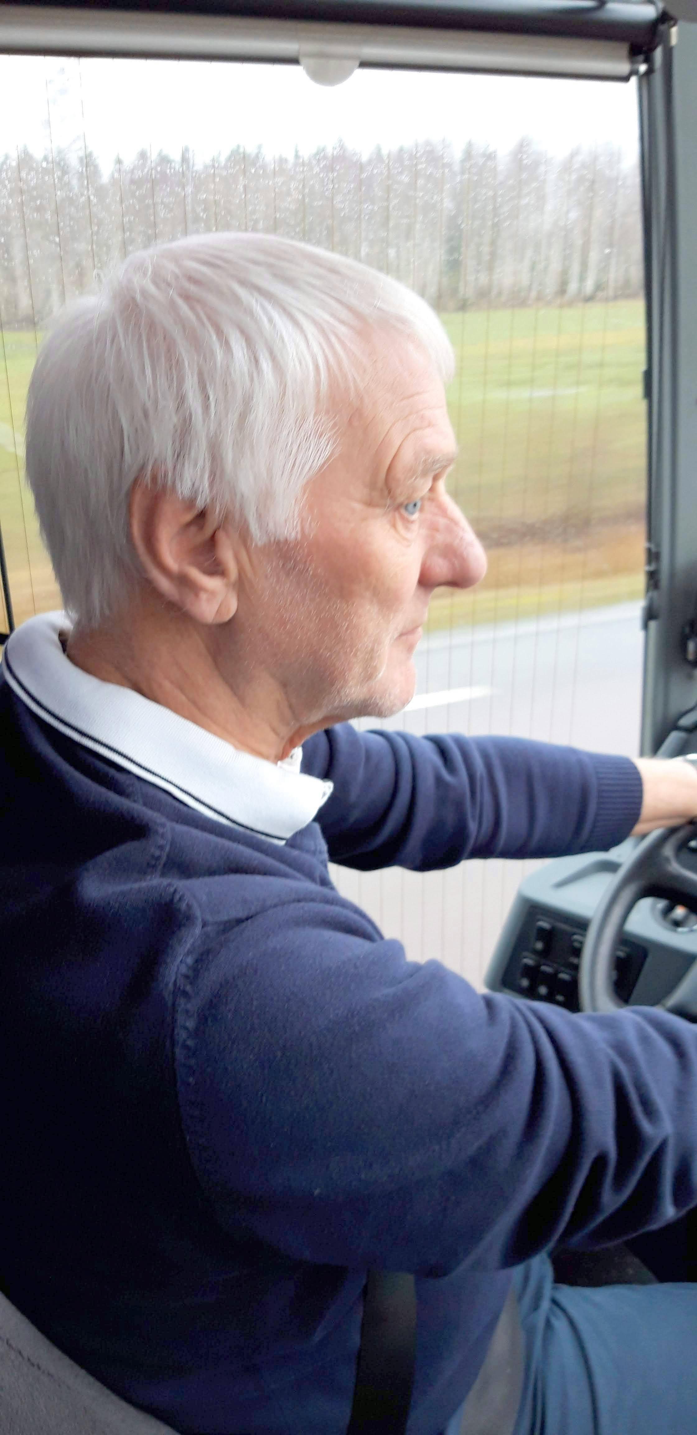 Bengt rattar bussen med säker hand
