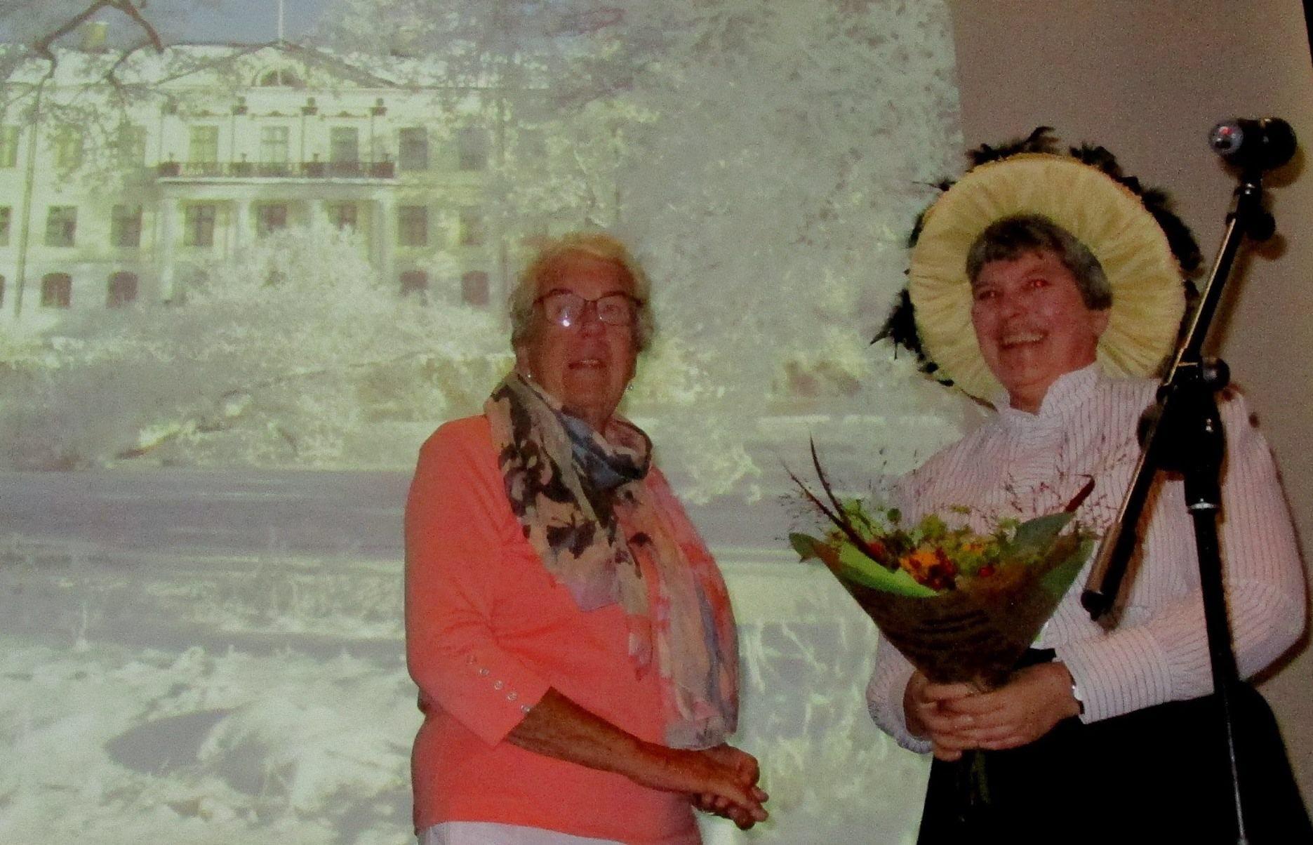 Lisbeth Eriksson avtackas av Irene Kullenberg.