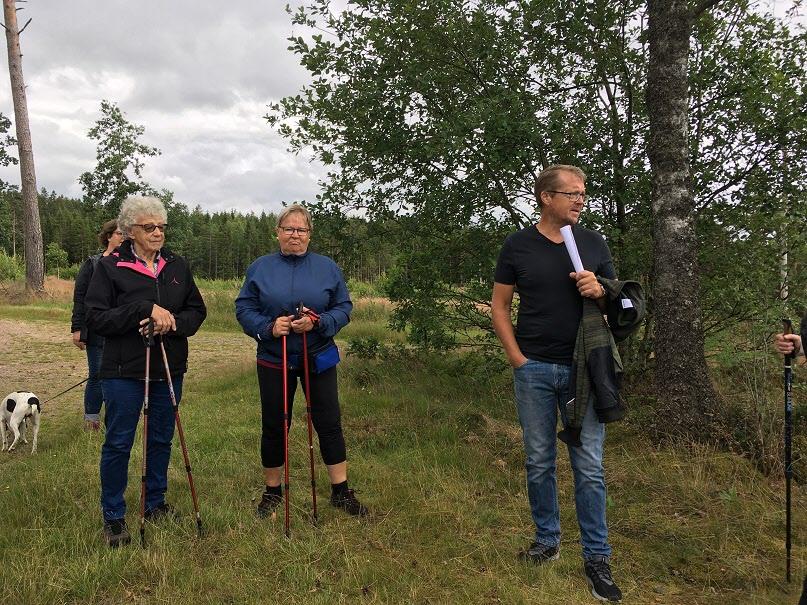 20 juli Nästa promenadmål var Kullhult i Femsjö där vi blev guidade av Magnus