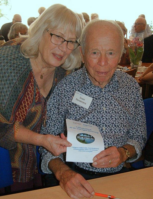 Sven Norekrans lämnar över dokumentation över föreningen 30 år.