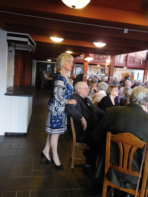 Vår reseledare Lotta håller ett vakande öga över festdeltagarna.