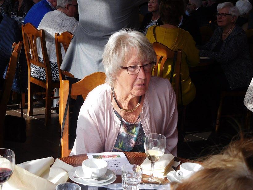 Vår värdinna Anita ser fundersam ut.