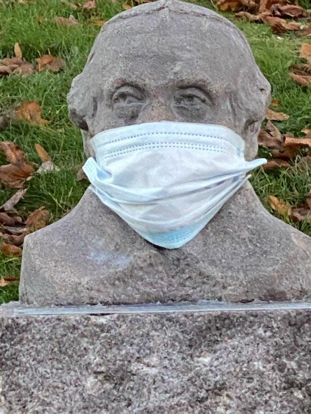 Även Hertig Karl bär munskydd. Foto: Britt-Marie Rönnbäck