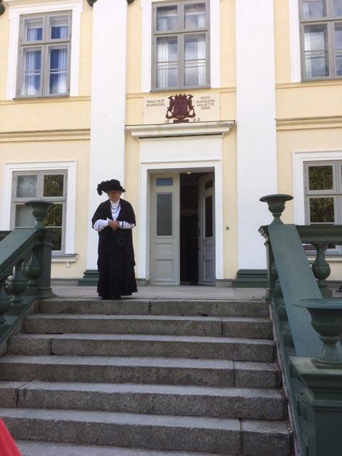 Slottsfrun Jaquette Piper tog emot på slottstrappan