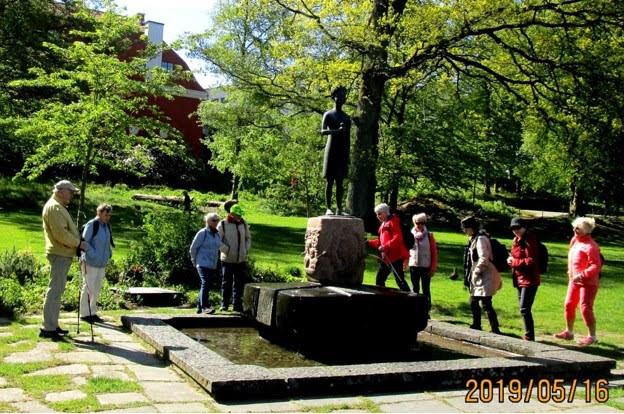 """Statyn """"Lilla Maja"""" av Gustaf Nordahl, rest 1964 till minne av hundraårsdagen av Alice Tegners födelse."""