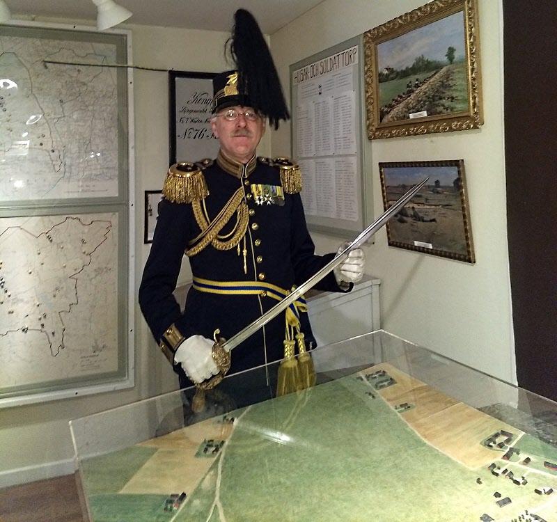 Med dragen sabel visade Håkan områdets alla delar på miniatyren.