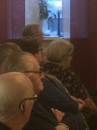 Publiken lyssnar intresserat