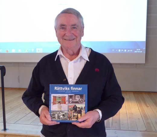 Arne Bjernulf med boken han skrivit om Rättviks finnar.