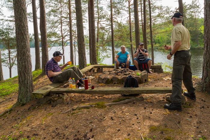 På udden i Östra Laxsjön tog vi vår medhavda fika.