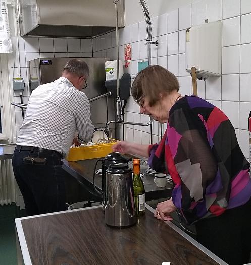 Nu återstår bara disken. Owe och Eva-Karin fyller maskinen.