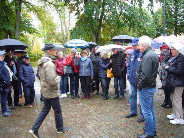 Trots ihållande regn lyssnade alla uppmärksamt till guiden