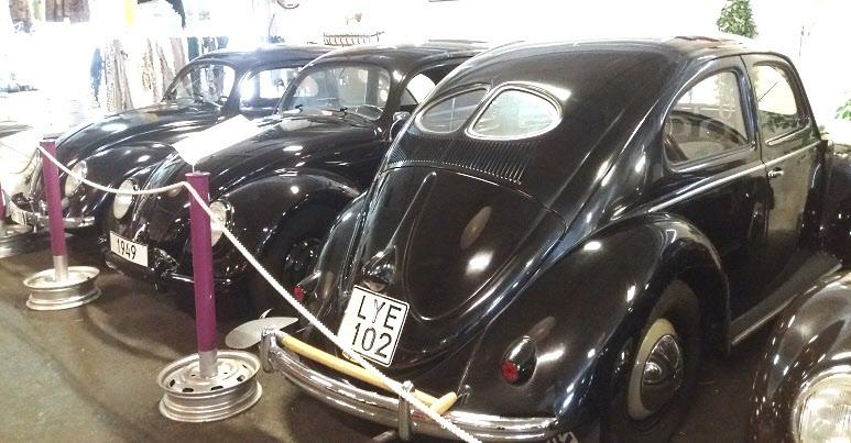 Den äldsta bilen är från 1947. Det är den längst till vänster. Den närmaste kommer från Norge. Man kan ju undra vad spaden är till för?