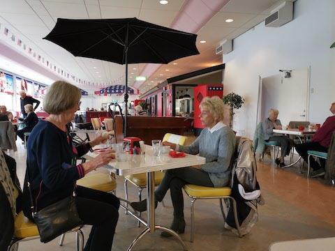 Laila och Siv tog kaffe under parasollen.