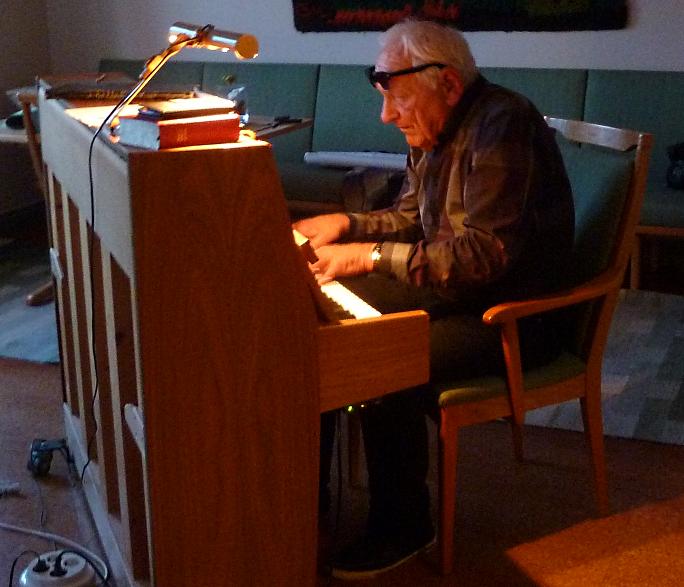 Lasse spelar både till sång och lyst.