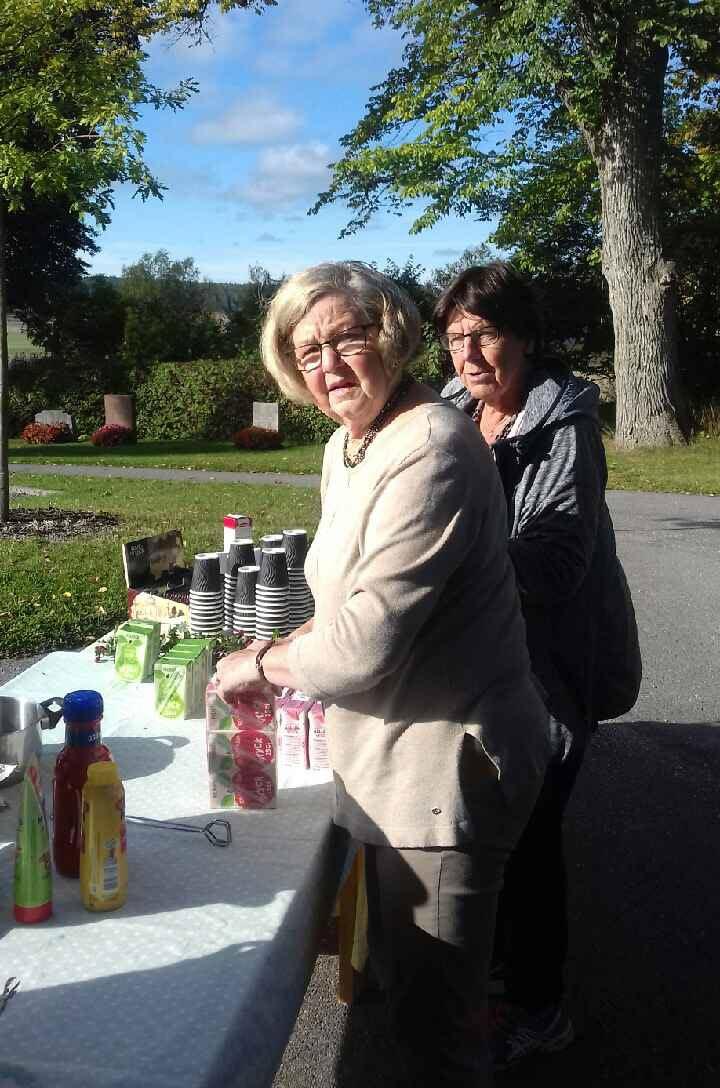 Margareta och Gudrun serverar korv och kaffe.