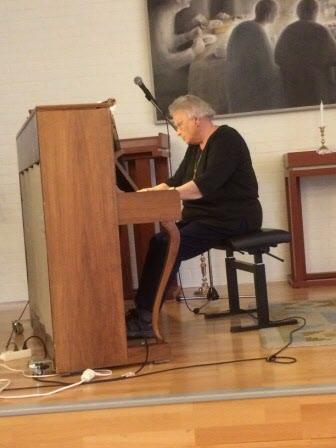 Michèle spelar vackra melodier på piano