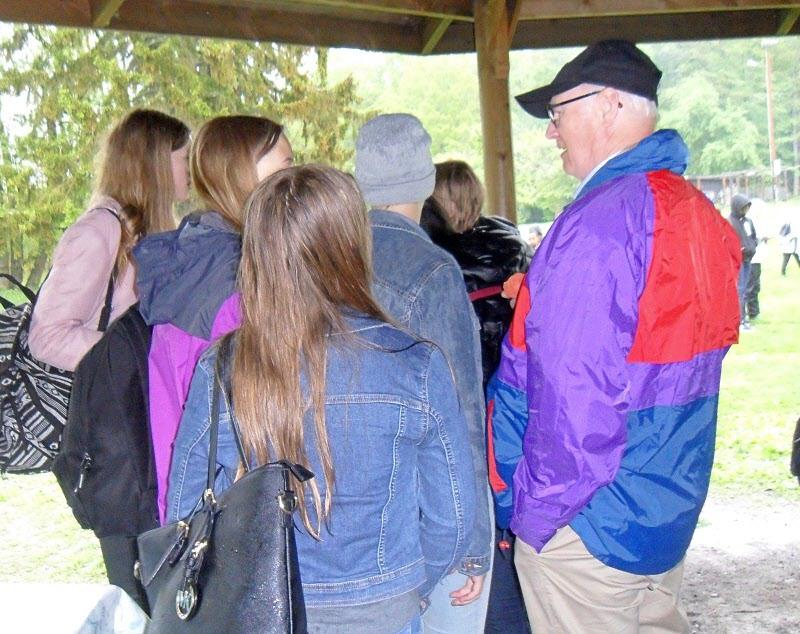 Bengt pratar med ungdomarna som också vill in under tak