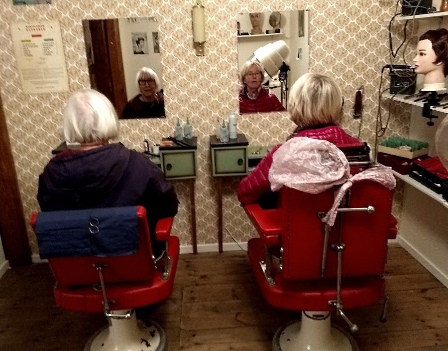 Gunnel & Gudrun väntar på att få ny frisyr. Dom kan nog få vänta....