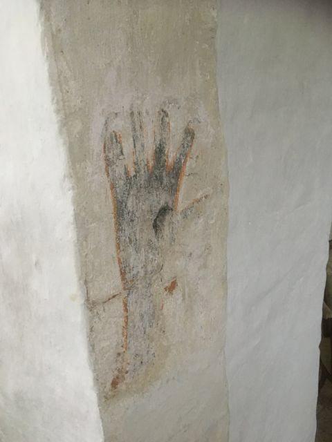 Handavtrycket i kyrkan går ej att måla över enligt sägnen.