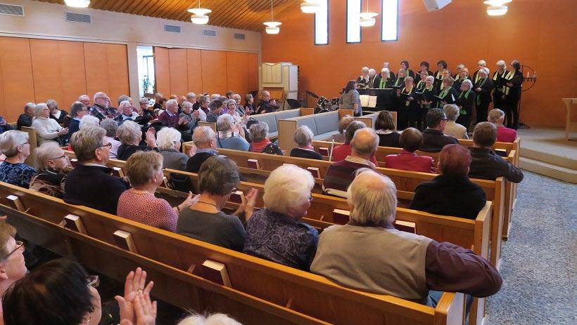 Kören i en fullsatt kyrka