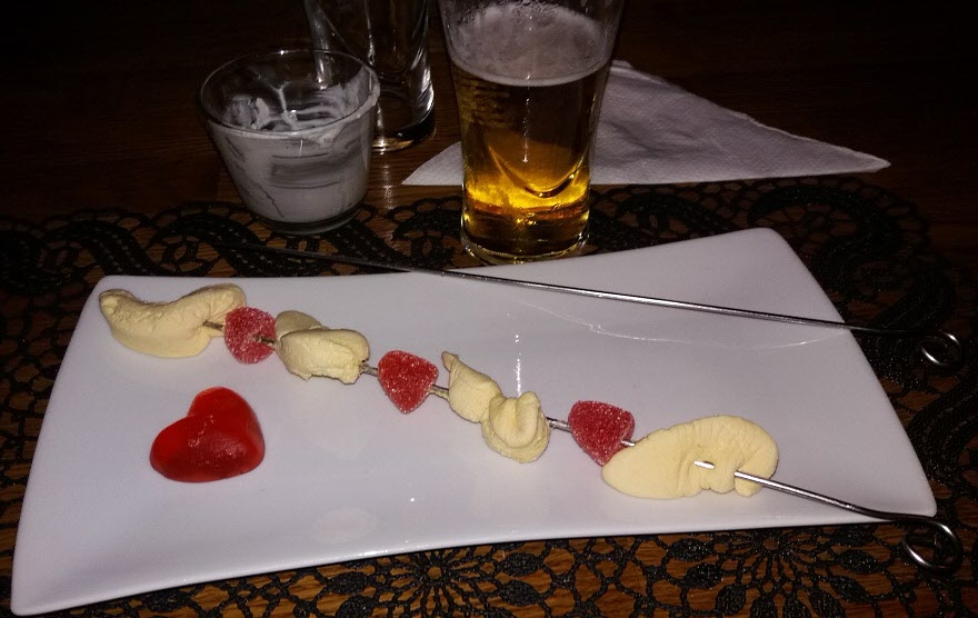 Mest skratt fick nog Ulfs efterlängtade grillspett, serverat med tzatzuíki och en öl. En ny favorit!
