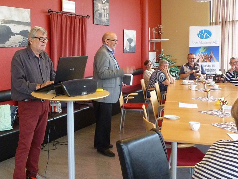 Arne informerar medan Ulf förbereder för den OTROLIGT populära muskquizen.