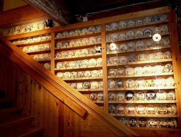 Ungefär hälften av de serviser som tillverkats i Sverige är representerade med någon del på porslinmuseet.