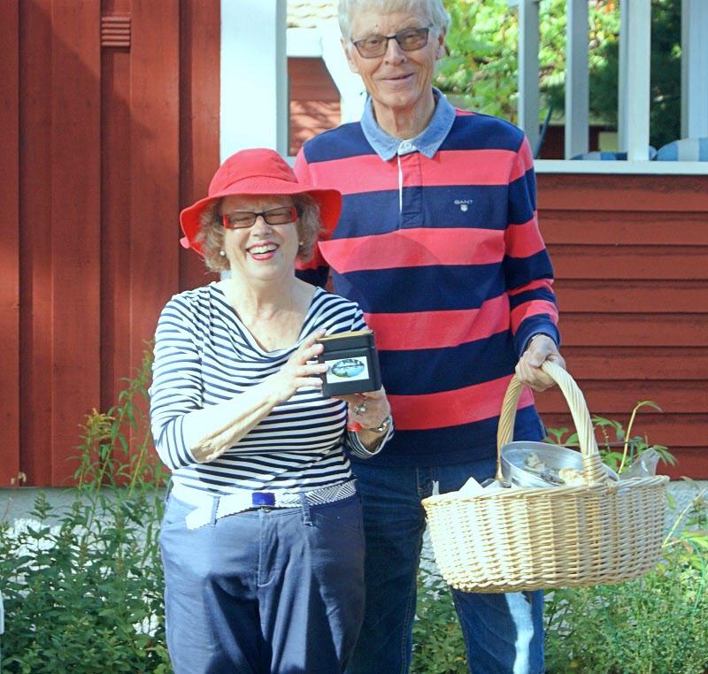 Karin och Curt Nilsson med fikakorg och Hamres teburk.