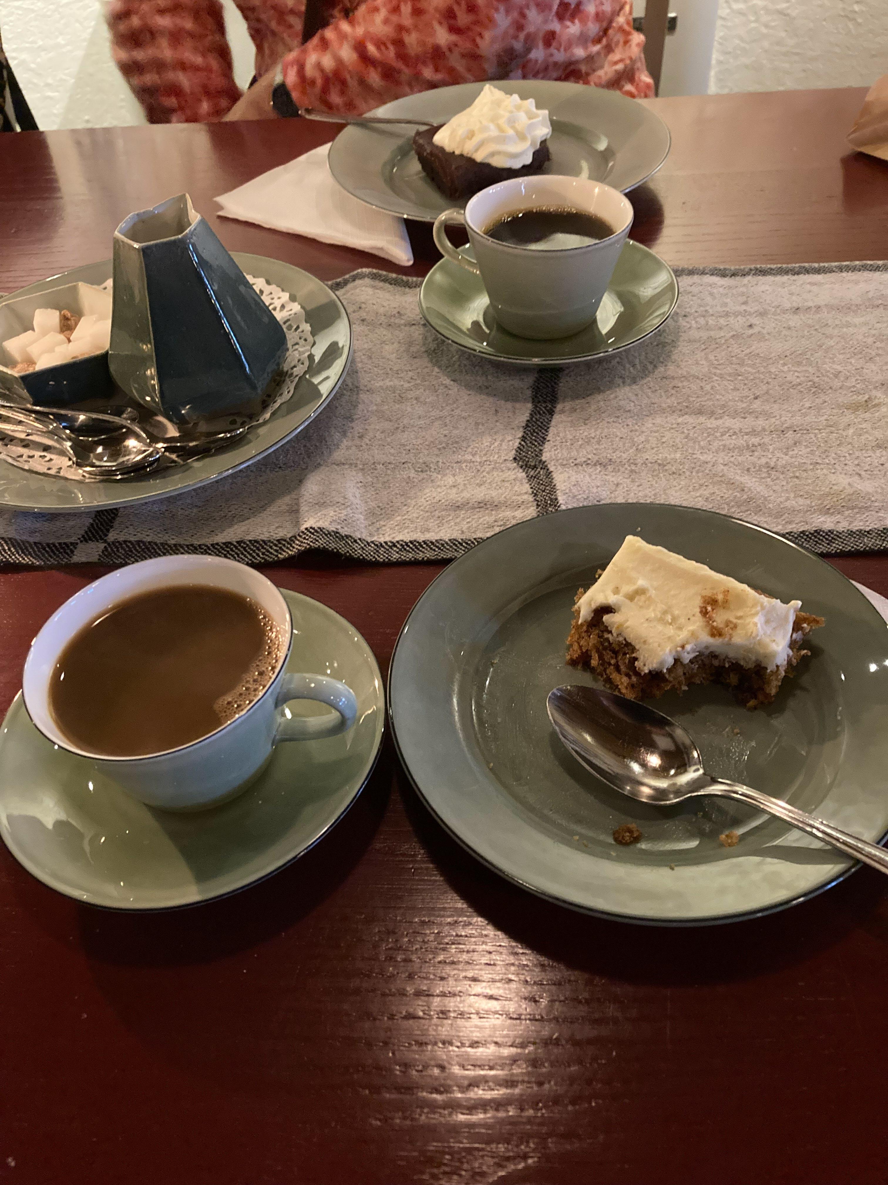 Efter besöket i Cesarstugan (Cesar efter drängen som bodde på stället förr) for vi vidare en bit till Broddetorp och konstutställningen på Löwings Ateljé. Allra sist innan hemfärd - morotskaka och kaffe