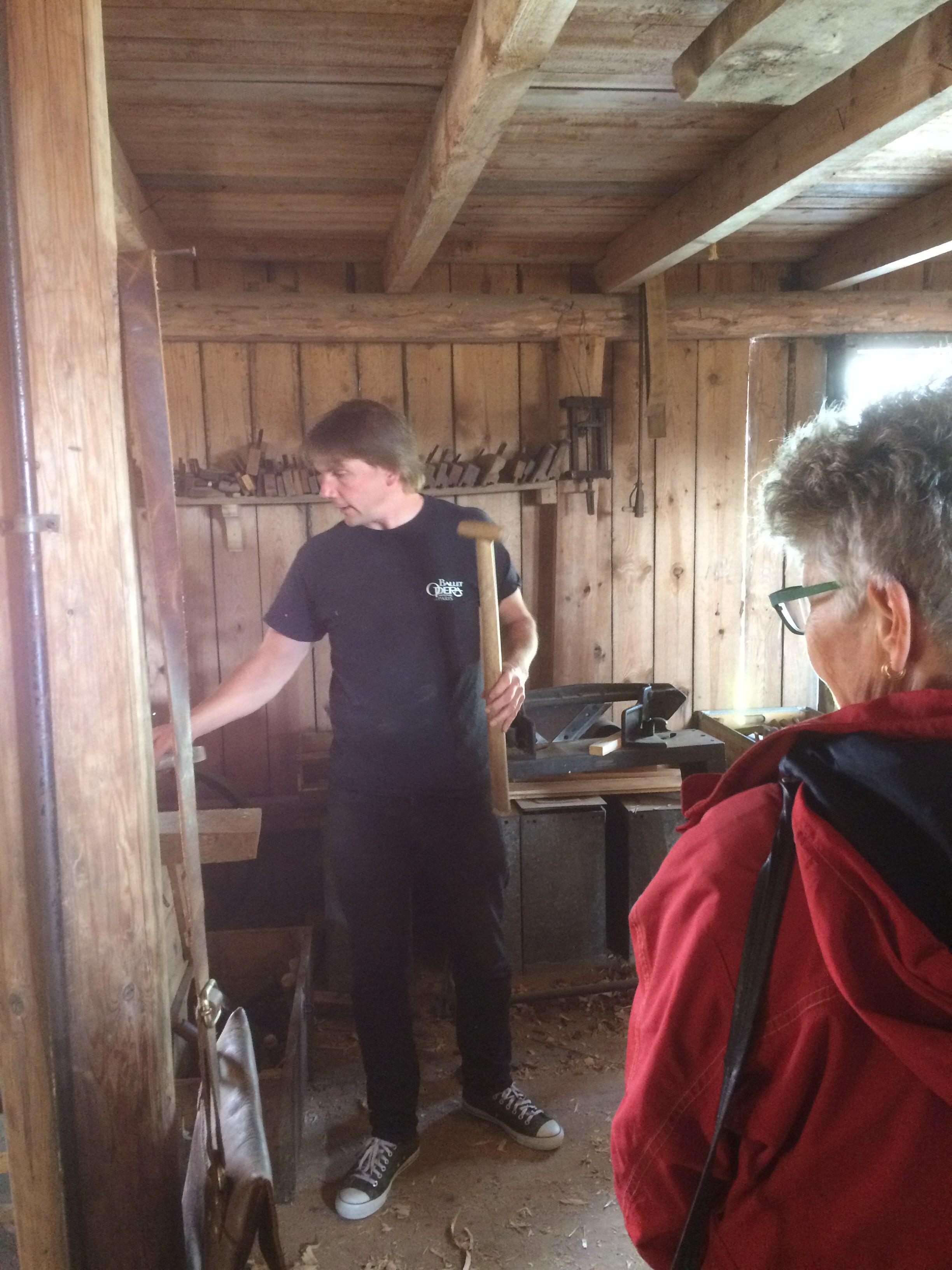 Magnus reparerar och nytillverkar diverse redskap t ex spadskaft