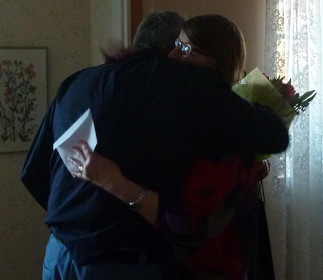 Gossen Ruda får en kram.