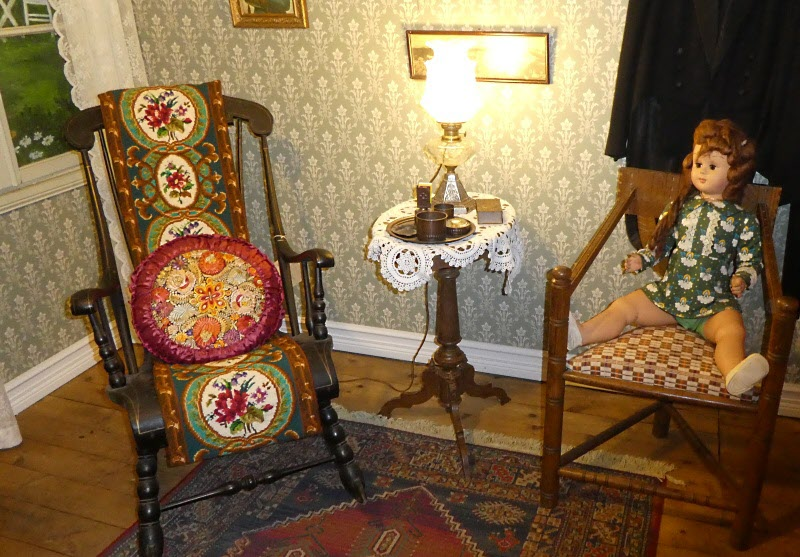 Sittplatser från förr. Gungstol och munkstol.