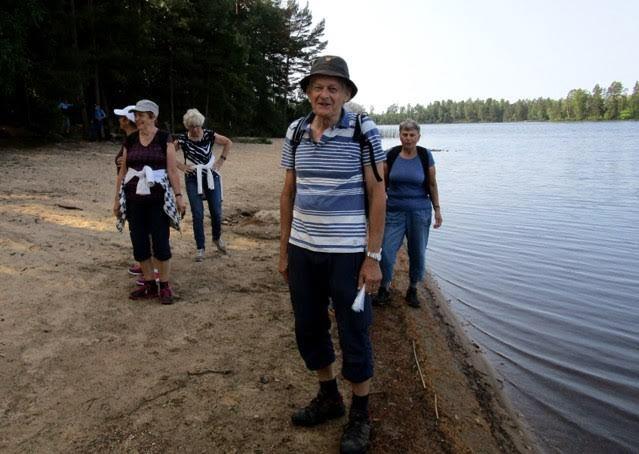 Rolf framför sjön, som visar upp ett perfekt vågbrytningsmönster.