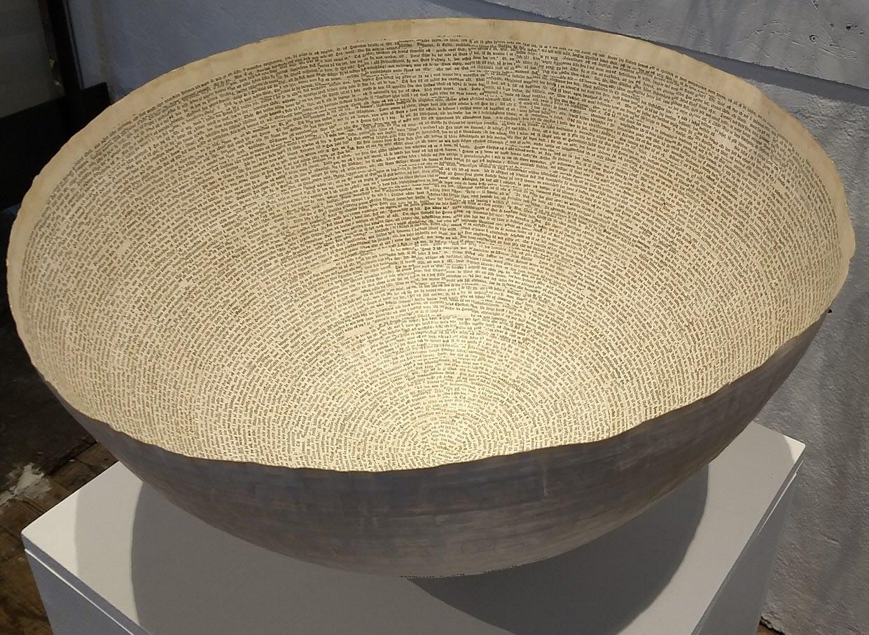 På Frövifors pappermuseet fanns en konstutställning. Jätteskål gjord i tunnt papper.