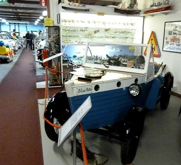 En riktig amfibiebil ska se ut som en Petterssonbåt och ha båtratt.