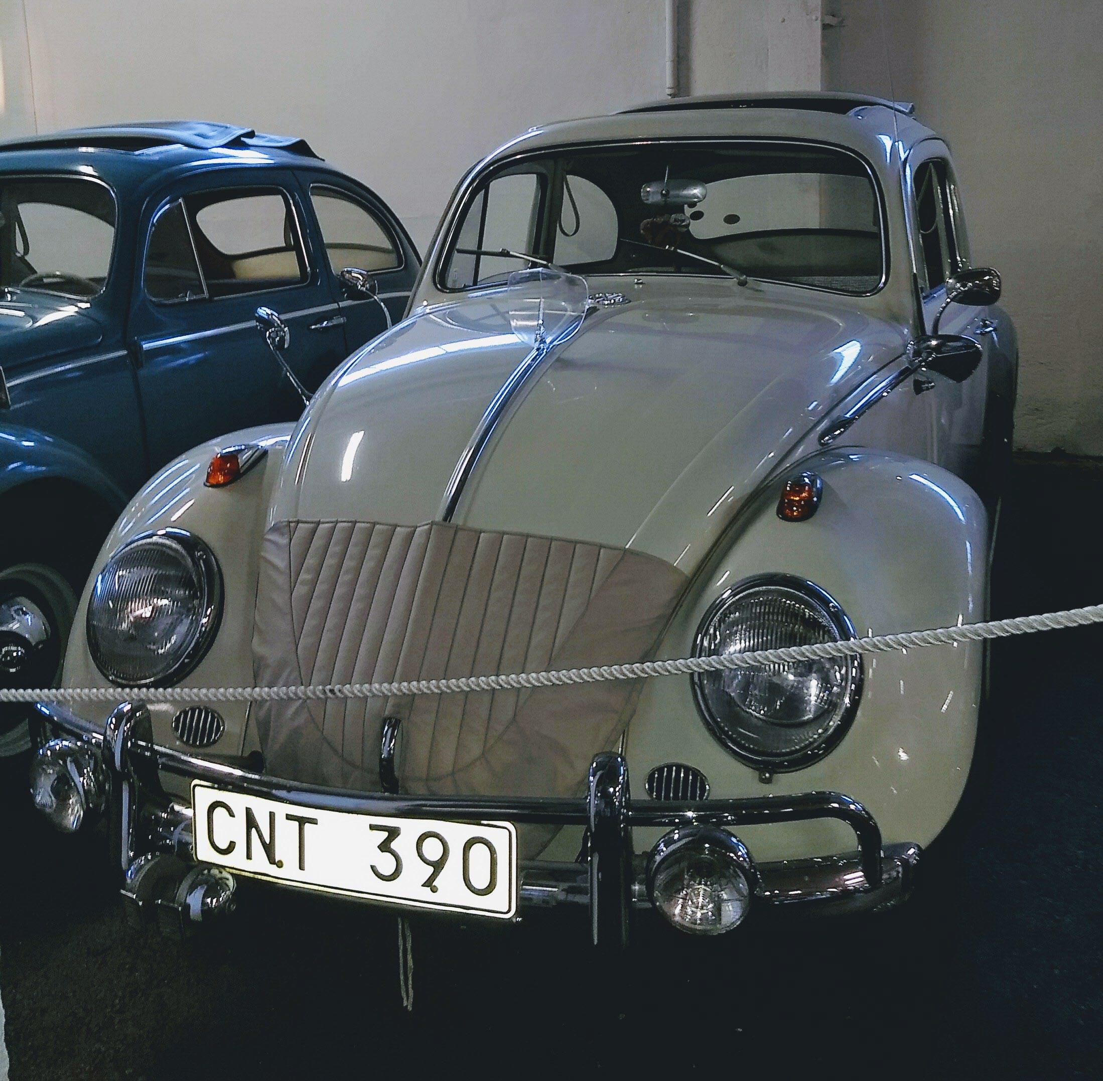 En bil från 1963, högerstyrd som sig bör från det året, med alla lyxdetaljer. Fyra ytterbackspeglar, extratuta och extraljus, soltak, dragkrog, lyxkofångare, och sist men inte minst insektsskydd