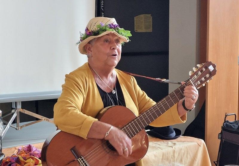 Birgitta Andersson sjunger och spelar.