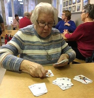 Kerstin håller ordning på oss och korten.