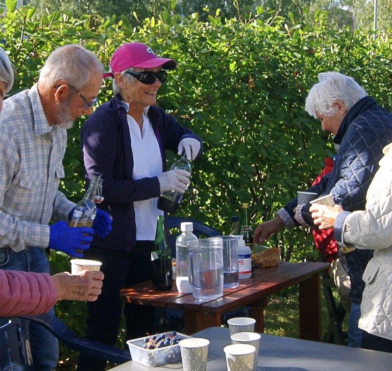 Eva och Eric Boberg bjuder på saft från trädgårdarna. Mycket gott.