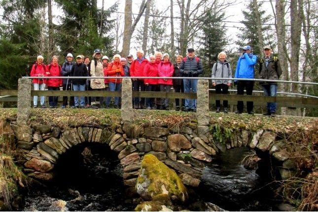 Över de romerska valven står den stora skaran tryggt
