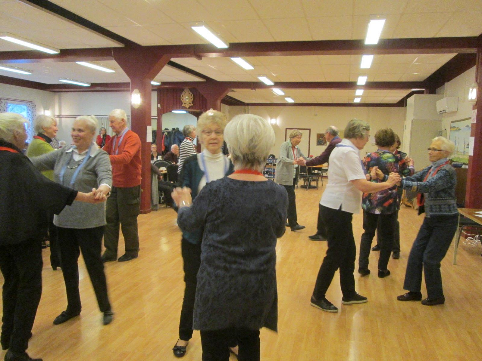 Dansarna visar olika seniordansturer