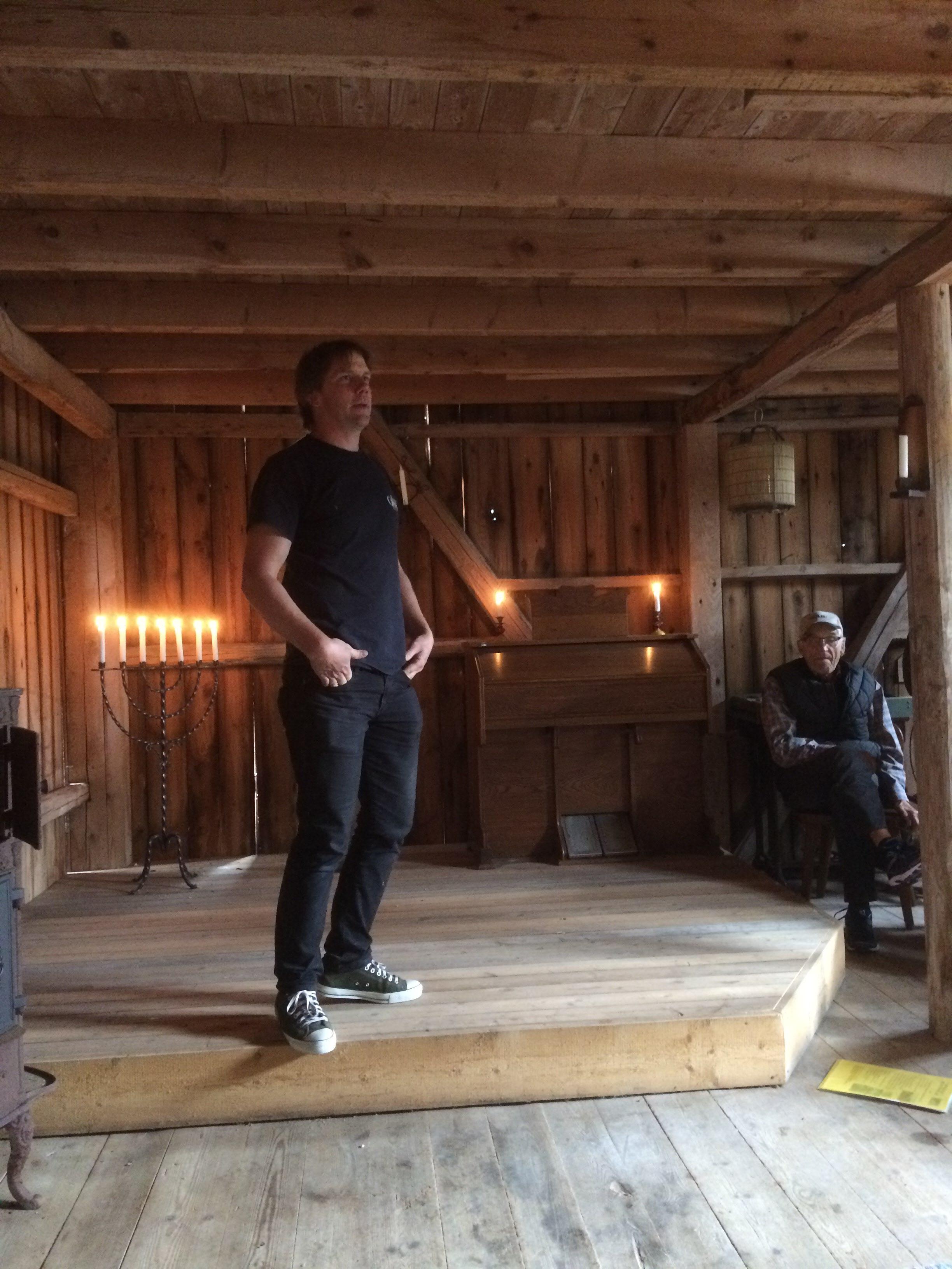 Magnus Jakobsson hälsar oss välkomna till Trampverkstaden