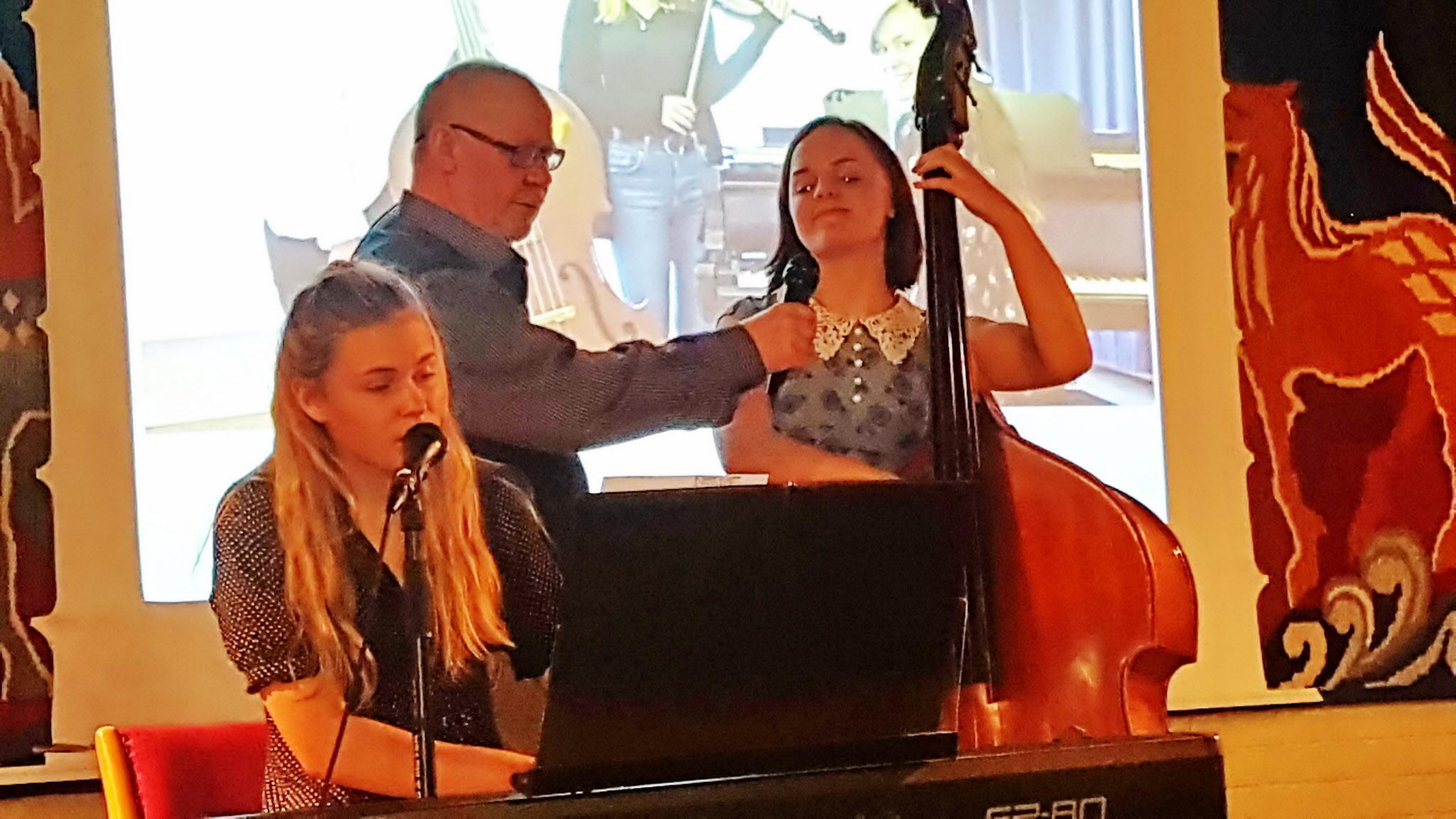 Håkan hjälper Trio Karavan med mikrofon