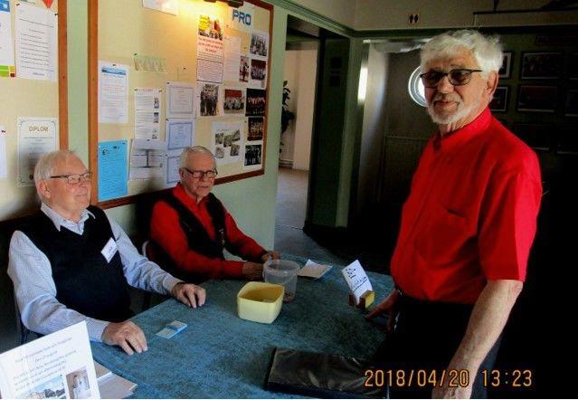 Förre ordförande Alf Englund checkar in på mötet.