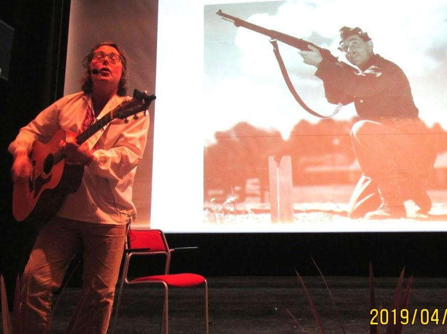 Thomas Poppe sjunger och visar scener från filmer med Nils Poppe