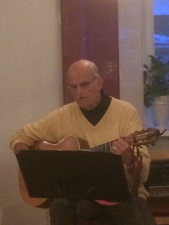Göran underhåller med sång och gitarrspel