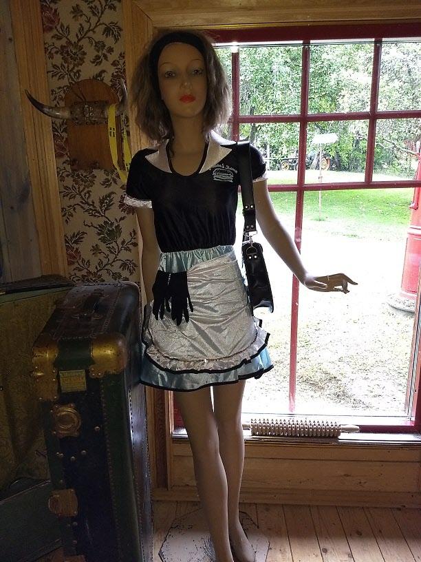 Vår servitris för dagen, Doris, klädd enligt senaste mode.
