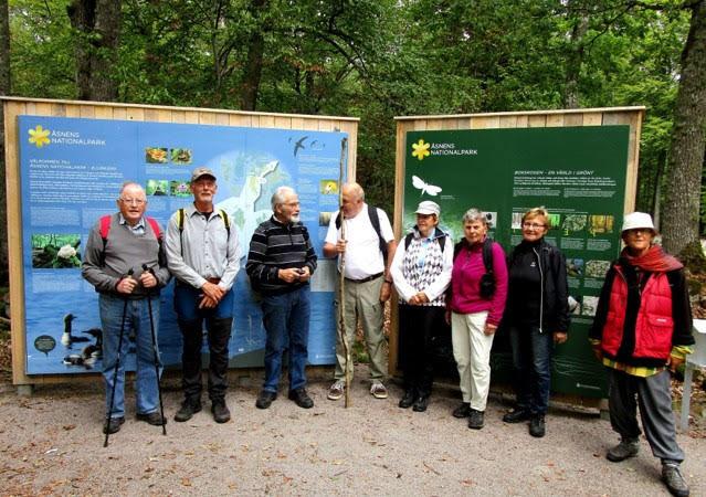 Vi skymmer de stora skyltar som visar parkens flora & fauna