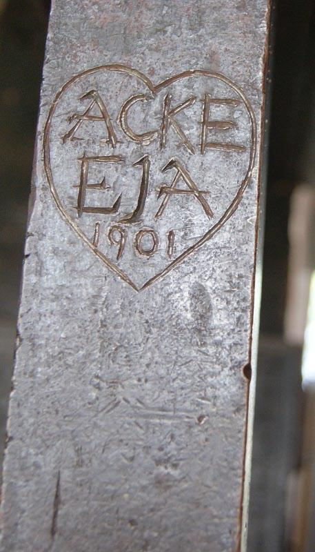En inskription på den pampiga öppna spisen